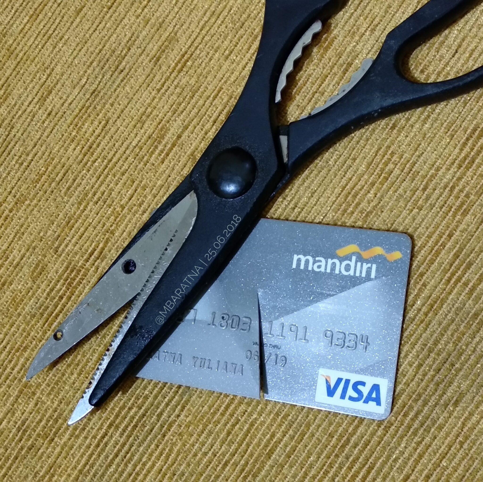 Berpisah Dengan Kartu Kredit